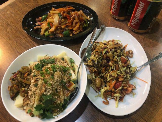シャン豆腐の和え物(左)、お茶の葉サラダ(右)、シャン味噌炒め:鶏(上)